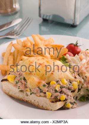 Ouvrir le thon et le maïs doux fondre avec la salade de chou et frites