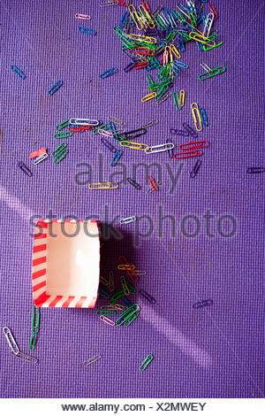 Les trombones sur tapis violet Banque D'Images