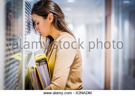 Femme fatiguée au travail. Banque D'Images