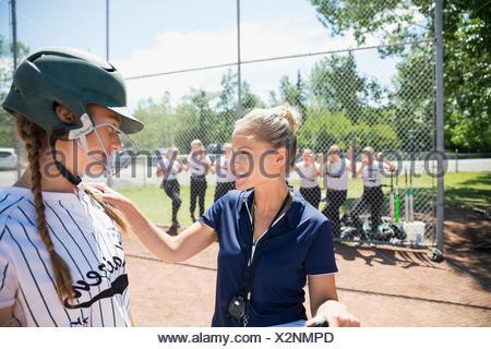 Parler à l'entraîneur middle school girl de softball du frappeur Banque D'Images