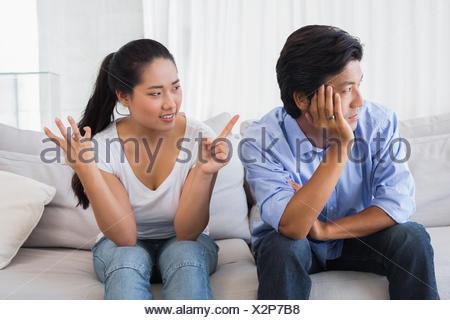 Couple ayant un différend sur le canapé Banque D'Images
