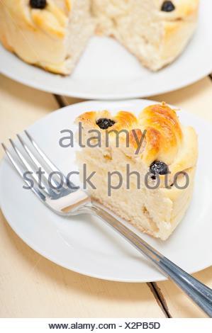 Boulangerie pain frais maison aux bleuets gâteau dessert plus de table en bois blanc. Banque D'Images