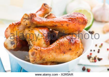Cuisses de poulet rôti délicieux dans un bol Banque D'Images