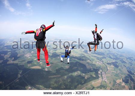 Trois parachutistes la chute libre au-dessus de Leutkirch, Bavaria, Germany Banque D'Images