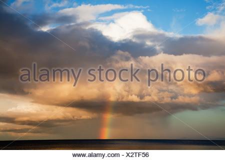 Arc-en-ciel sur l'horizon; Roches Point, comté de Cork, Irlande Banque D'Images