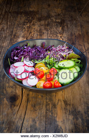 Le déjeuner bol de salade biologique, chou rouge, tomates, concombre et radis Banque D'Images