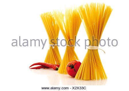 Bouquets de pâtes, de tomates et piments Banque D'Images