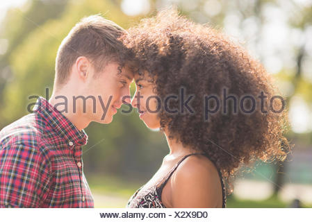 Young couple in park Banque D'Images