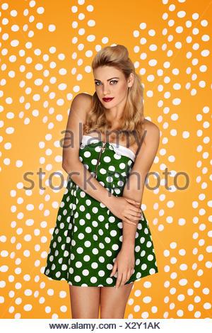 Modèle superbe blonde en mode rétro Banque D'Images