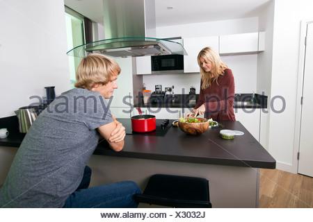 Homme recherche femme à couper des légumes dans la cuisine Banque D'Images
