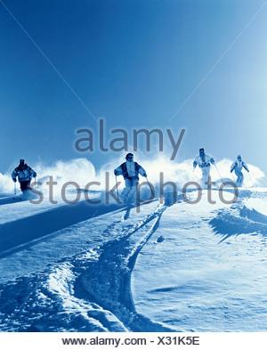 Montagnes groupe ski ski neige sport ski monochromes de la neige profonde neige hiver hiver conduite s