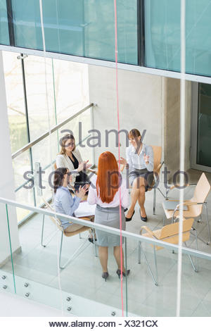 Portrait of businesswoman giving presentation à ses collègues de l'office de tourisme Banque D'Images