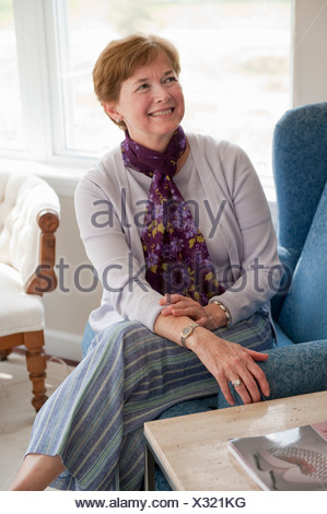 Young woman smiling in living room Banque D'Images