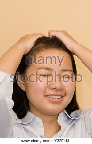 Portrait d'une jeune femme souffrant d'un mal de tête Banque D'Images