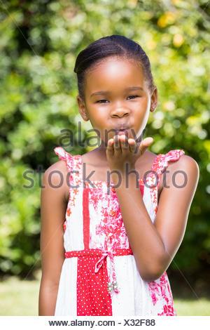 Portrait of cute girl blowing a kiss à l'appareil photo Banque D'Images