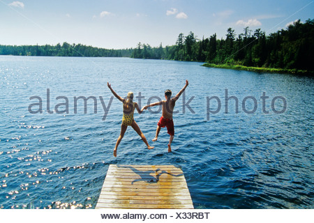 Jumping off dock, Lyons Lake, parc provincial de Whiteshell, Manitoba, Canada. Banque D'Images