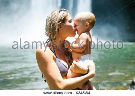 Mère embrassant bébé (18-23 mois) avec l'amour Banque D'Images