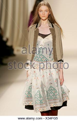 ... Chloe Paris Prêt à Porter Automne Hiver veste marron taille portés  par-dessus imprimé robe f6ea0f6bb6b