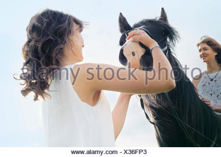 Low angle view of young woman on horse Banque D'Images