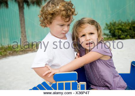 Soeur et frère combats Banque D'Images