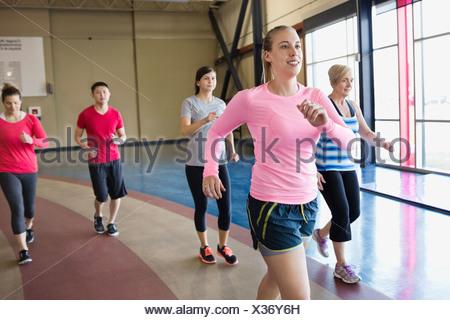 Woman jogging avec classe dans un centre de remise en forme Banque D'Images