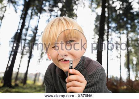 Petit garçon à la loupe à travers à viewer Banque D'Images
