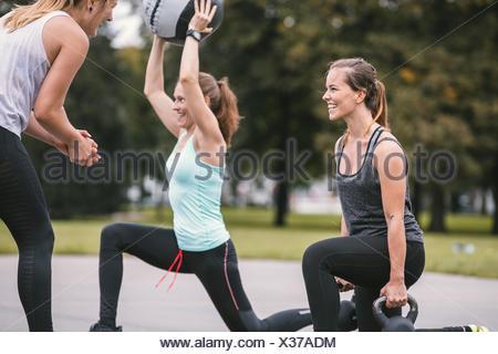 Trois femmes ayant une piscine d'entraînement boot camp Banque D'Images