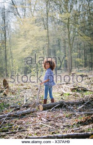 Portrait de jeune fille en bois avec stick Banque D'Images