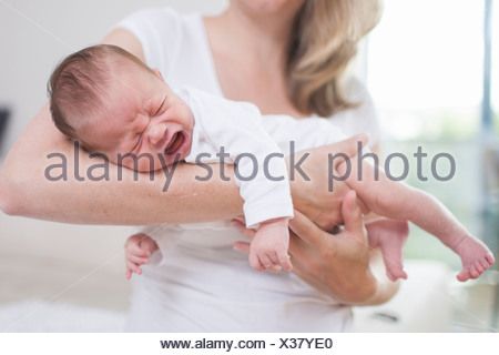 Mère embrassant son nouveau-né Banque D'Images