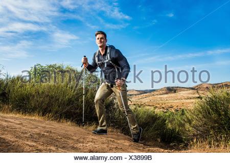 Male hiker en milieu rural Banque D'Images