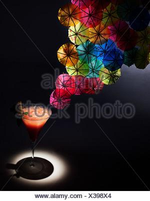 Apéritif et cocktail coloré parapluies, studio shot Banque D'Images
