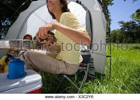 Family eating at campsite Banque D'Images