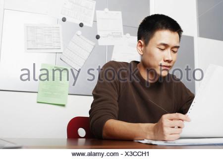 Businessman holding une impression Banque D'Images