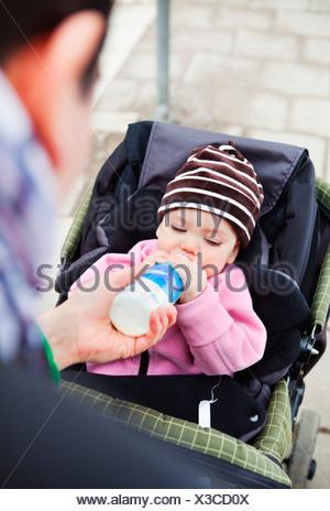 Alimentation Père fille (0-11 mois) avec le biberon Banque D'Images