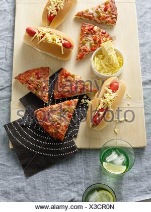 Plat avec de la pizza, des hot-dogs et fromage Banque D'Images