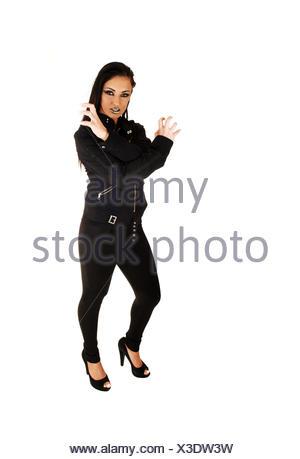 Une jeune femme en colère, vêtus de collants noirs et de l'enveloppe avec ses mains comme un chat en colère pour l'arrière-plan blanc. Banque D'Images