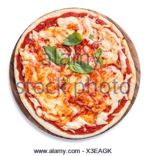 Pizza Margarita avec des feuilles de basilic sur fond blanc Banque D'Images