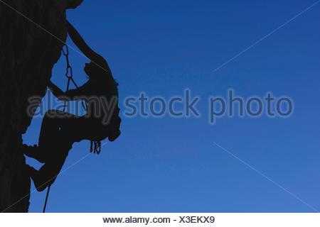 Woman climbing les rochers, une route en Savoie, silhouette, France, Savoie Banque D'Images