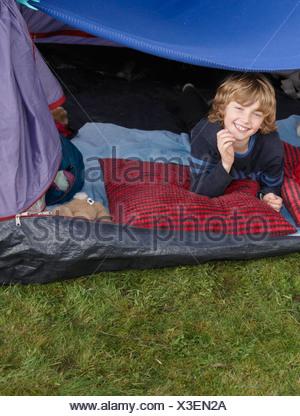 Garçon à la recherche de tente Banque D'Images