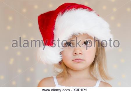 Petite fille blonde avec chapeau de nain de Noël Banque D'Images