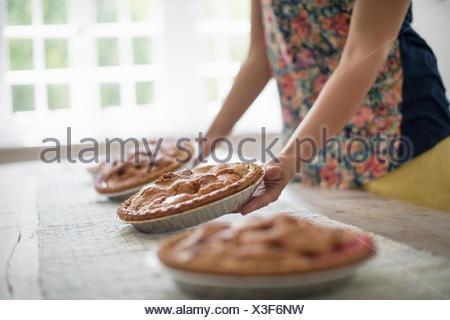 Une réunion de famille. Plaques d'alimentation en cours d'une table. Banque D'Images