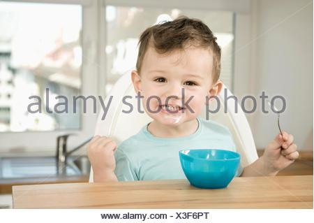 Portrait of boy eating pap Banque D'Images