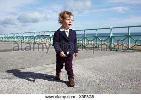 Petit garçon marche-promenade dans l'habillement mod Banque D'Images