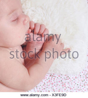 Baby Girl lying on côté dormir Banque D'Images