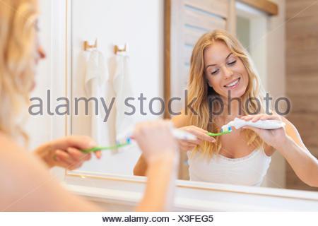 Belle femme se brosser les dents dans la salle de bains. Debica, Pologne Banque D'Images