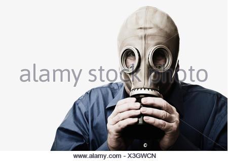Portrait de l'homme essayant de respirer dans le masque à gaz Banque D'Images