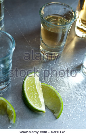 Tequila shots avec tranches de lime Banque D'Images