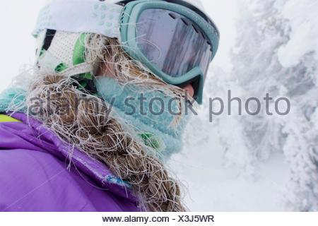 Une adolescente, avec un cheveux de ski dans un brouillard froid, au Grand Targhee montagnes. Banque D'Images
