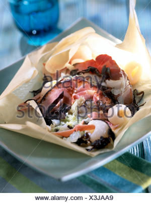 De style oriental rôti de porc cuit dans du papier ciré