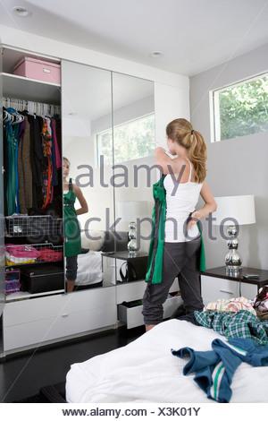Portrait d'essayer des vêtements dans la chambre Banque D'Images